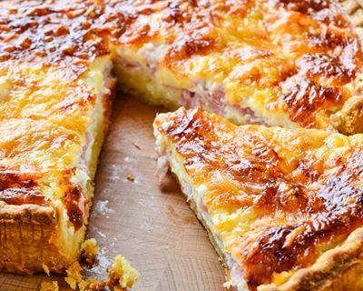 Cette image a un attribut alt vide; le nom du fichier est i23896-quiche-lorraine-au-fromage-et-aux-lardons.jpeg